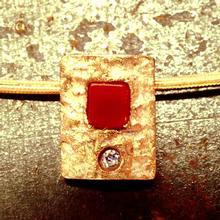 PENJANT petit plata i bany d'or  de 1,3 x 1,2 cms.